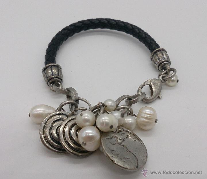 Joyeria: Original pulsera en cuero, metal plateado, perlas cultivadas blancas y dijes en forma de monedas . - Foto 5 - 53267613