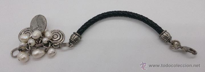 Joyeria: Original pulsera en cuero, metal plateado, perlas cultivadas blancas y dijes en forma de monedas . - Foto 6 - 53267613