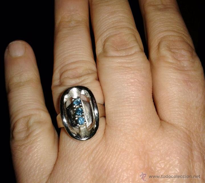 Joyeria: Anillo de plata rodiada, con cuatro piedrecitas azules. - Foto 2 - 53828669