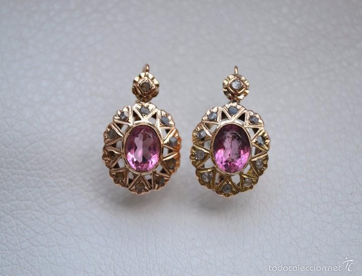 5aaf7d366ab0 Exquisitos Pendientes de oro 18 kt con zafiro tres facetas y piedra rosa de  francia