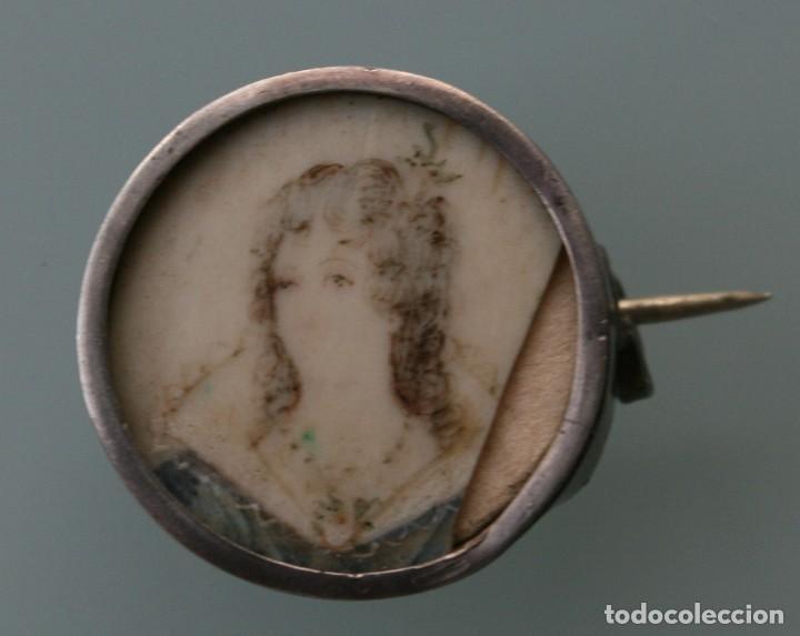 ANTIGUO BROCHE CON MINIATURA BELLA DAMA PINTADA SOBRE HUESO MARFIL MONTADO POSIBLEMENTE SOBRE PLATA (Joyería - Broches Antiguos)