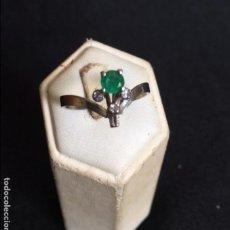 Joyeria: ANILLO DE ORO BLANCO CON ESMERALDA Y 3 BRILLANTES. RING AN EMERALD SET IN WHITE GOLD AND 3 DIAMONDS.. Lote 72514267