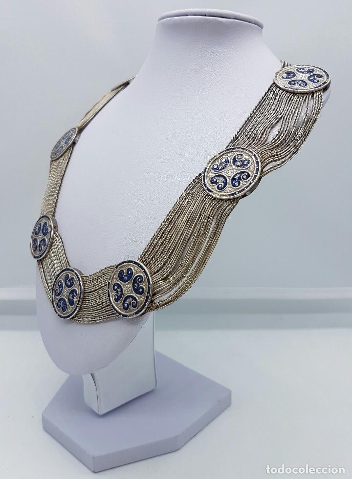 Joyeria: Impresionante gargantilla antigua en plata de ley con medallones cincelados y esmaltados en azul . - Foto 2 - 76409599