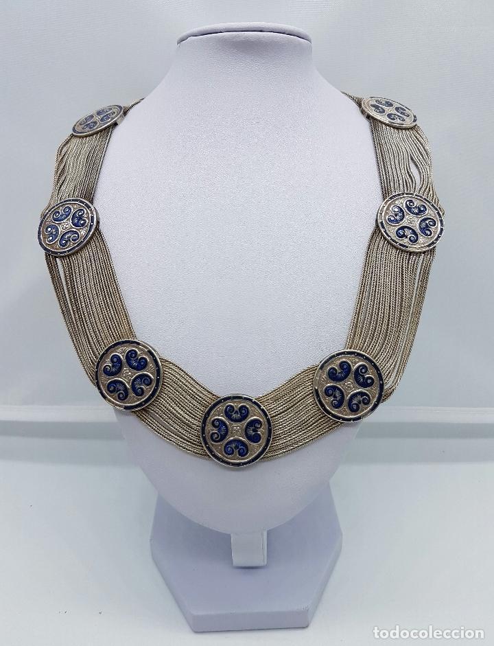 Joyeria: Impresionante gargantilla antigua en plata de ley con medallones cincelados y esmaltados en azul . - Foto 3 - 76409599