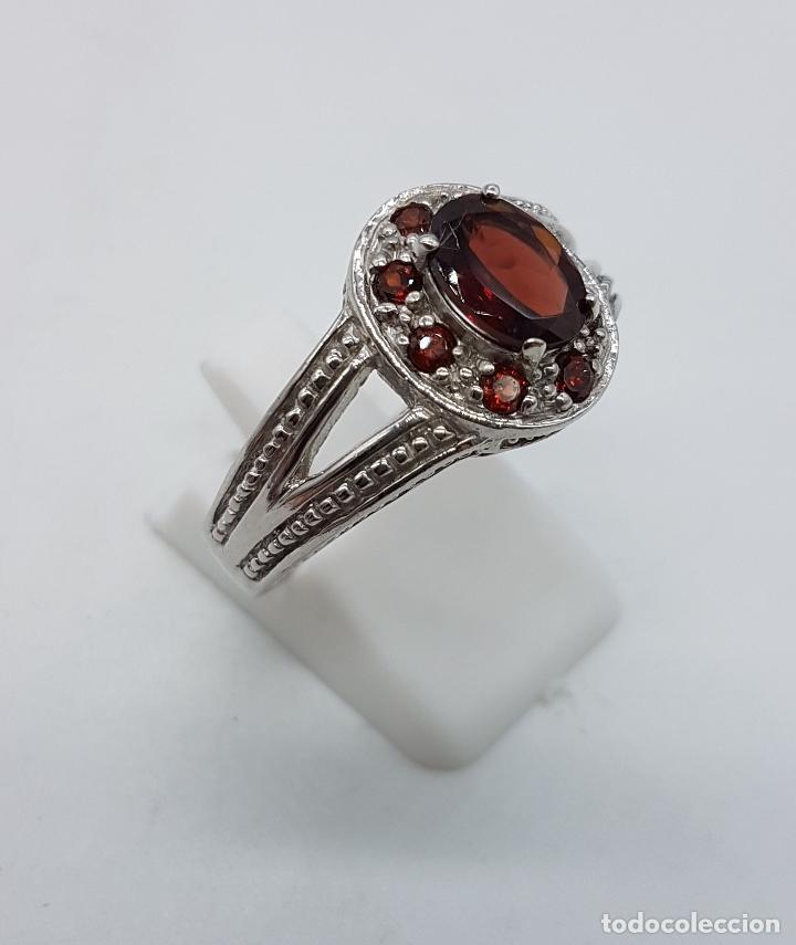 Joyeria: Gran anillo de estilo rococó en plata de ley contrastada con granates talla brillante y oval . - Foto 4 - 78186833