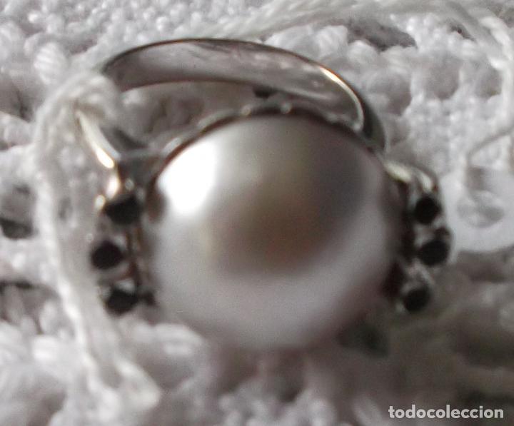 Joyeria: anillo oro blanco media perla grande y seis esmeraldas - Foto 3 - 87529020