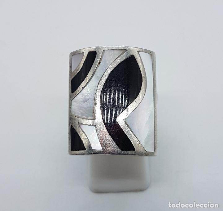 Joyeria: Gran anillo vintage en plata de ley contratada con aplicaciones en negro azabache y nacar autentico. - Foto 2 - 100100679