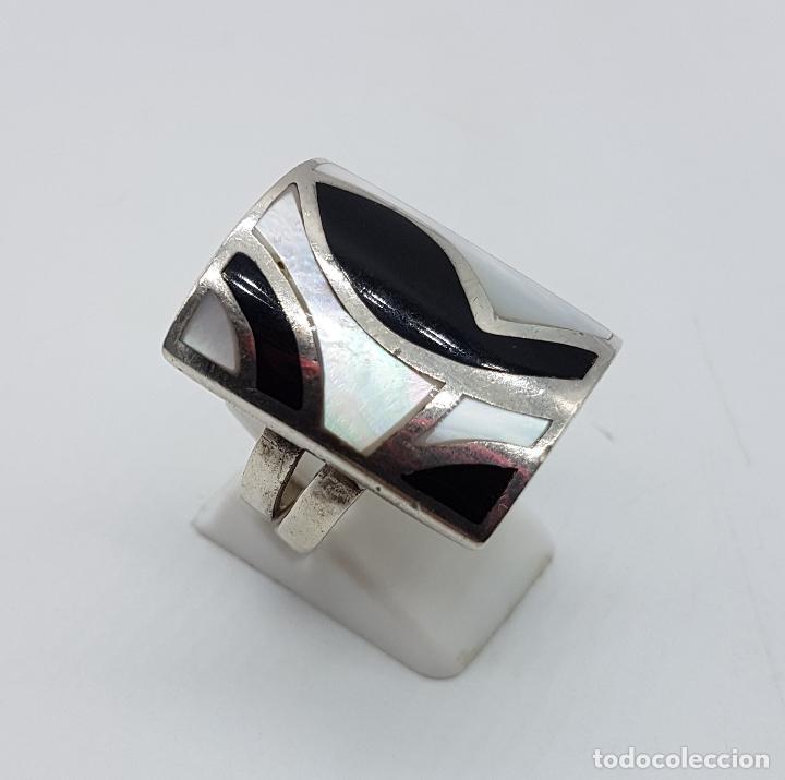 Joyeria: Gran anillo vintage en plata de ley contratada con aplicaciones en negro azabache y nacar autentico. - Foto 3 - 100100679