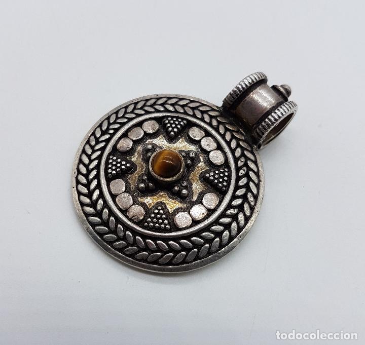 Joyeria: Medallón antiguo de estilo chaman en plata de ley contrastada y cincelada, cabujón de ojo de tigre . - Foto 2 - 103151639