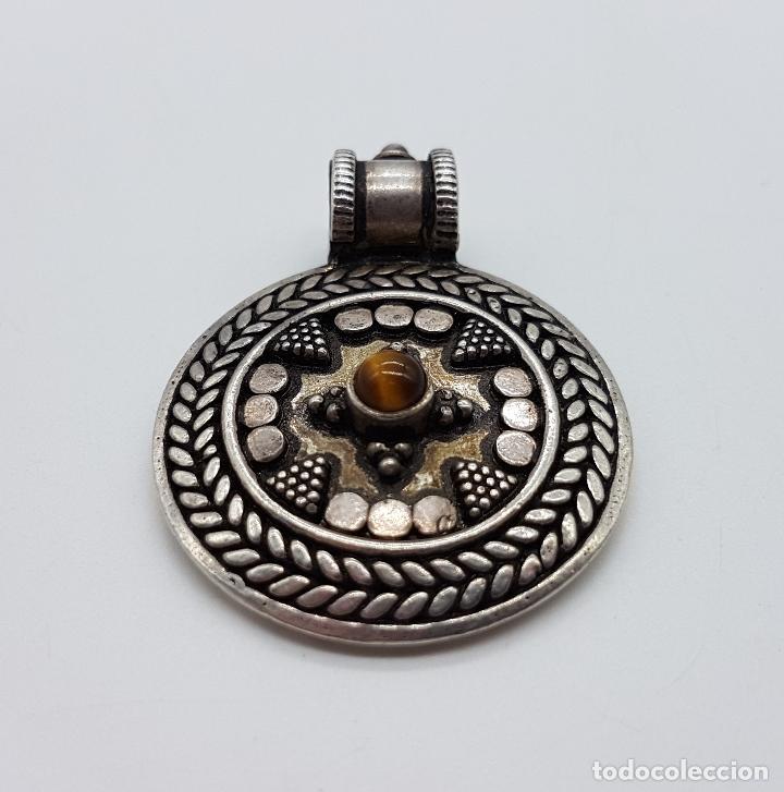 Joyeria: Medallón antiguo de estilo chaman en plata de ley contrastada y cincelada, cabujón de ojo de tigre . - Foto 3 - 103151639