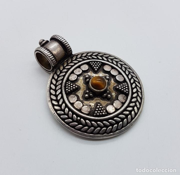 Joyeria: Medallón antiguo de estilo chaman en plata de ley contrastada y cincelada, cabujón de ojo de tigre . - Foto 4 - 103151639