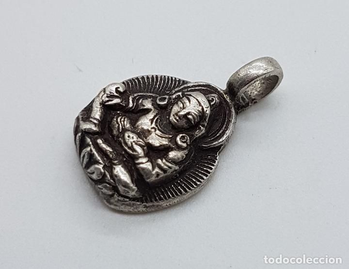 Joyeria: Colgante antiguo nepalí en plata de ley contrastada con motivo de buda bellamente cincelado a mano . - Foto 2 - 103155655