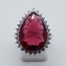 Joyeria - Gran anillo tipo princesa en plata de ley punzonada, topacio rojo talla pera y circonitas . - 105089691