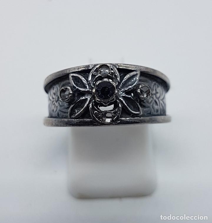 Joyeria: Anillo antiguo Victoriano en plata de ley punzonada bellamente labrada con circonitas y zafiro . - Foto 3 - 180028506