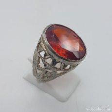 Joyeria - Anillo antiguo nepalí en metal plateado y labrado, con gran topacio autentico facetado talla oval . - 107856199