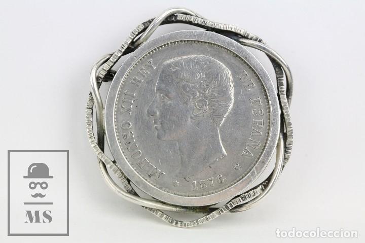 ANTIGUO BROCHE DE PLATA CON MONEDA ENGARZADA - ALFONSO XII, 5 PESETAS. AÑO 1876 - DIÁMETRO 5 CM (Joyería - Broches Antiguos)
