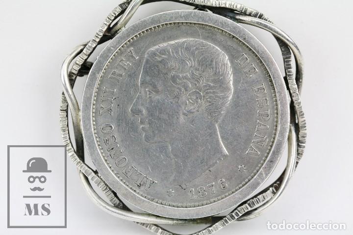 Joyeria: Antiguo Broche de Plata con Moneda Engarzada - Alfonso XII, 5 Pesetas. Año 1876 - Diámetro 5 cm - Foto 2 - 109243847