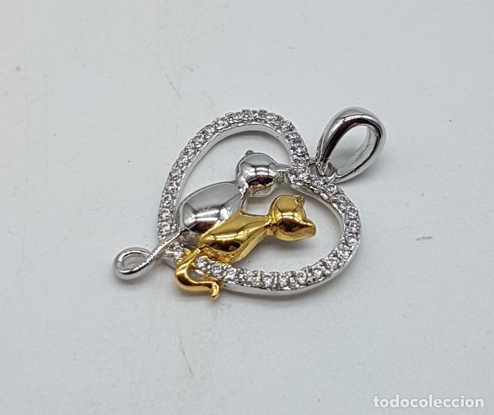 Joyeria: Bello colgante en forma de corazón con gatos enamorados en plata de ley, oro de 18k y circonitas . - Foto 2 - 117899595