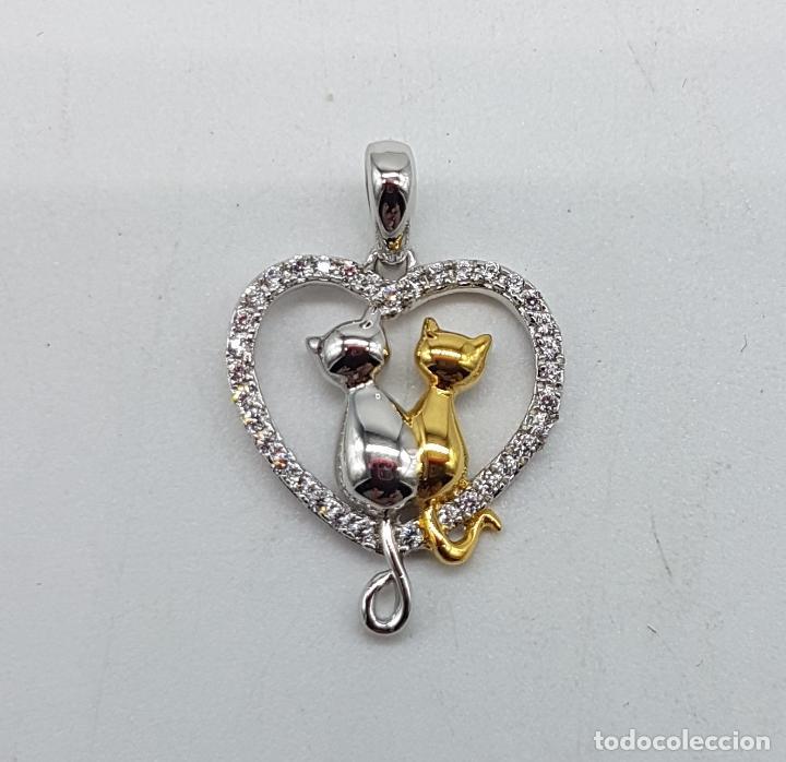 Joyeria: Bello colgante en forma de corazón con gatos enamorados en plata de ley, oro de 18k y circonitas . - Foto 3 - 117899595