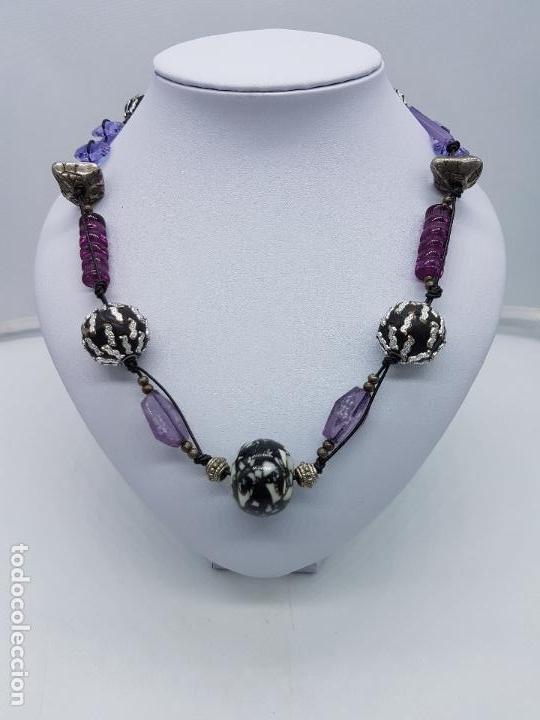 Gran collar antiguo de cristal de tonos morados con abalorios de diseño bañadas en plata de ley., usado segunda mano