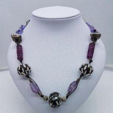 Joyeria - Gran collar antiguo de cristal de tonos morados con abalorios de diseño bañadas en plata de ley. - 110749811