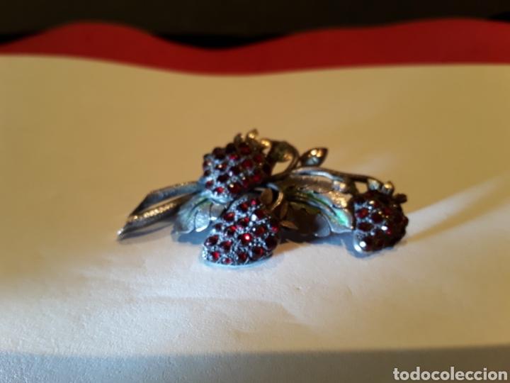 Joyeria: Broche noucentista en plata,vistas en oro, granates y esmalte verde. Principios s.XX - Foto 2 - 111497182