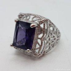 Joyeria - Excelente anillo de diseño calado con baño de plata de ley y zafiro sintético engarzado. - 111773631