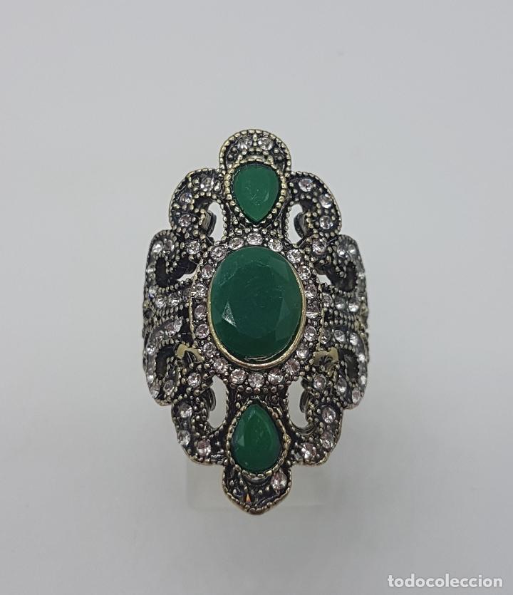 Joyeria: Gran anillo tipo imperio turco con acabado en oro viejo, símil de esmeraldas y circonitas . - Foto 2 - 113951287