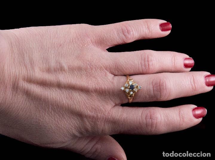 Joyeria: Preciosa Sortija de oro 18 kt estilo lanzadera con diamantes talla brillantes y zafiro central - Foto 2 - 115574799