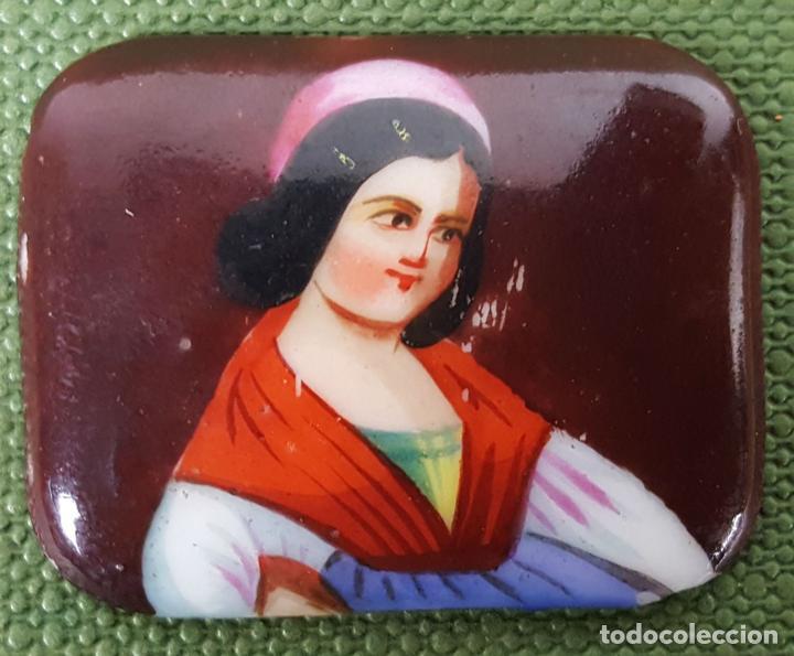 RETRATO DE DAMA. PLAQUITA DE PORCELANA ESMALTADA A MANO. SIGLO XIX. (Joyería - Colgantes Antiguos)