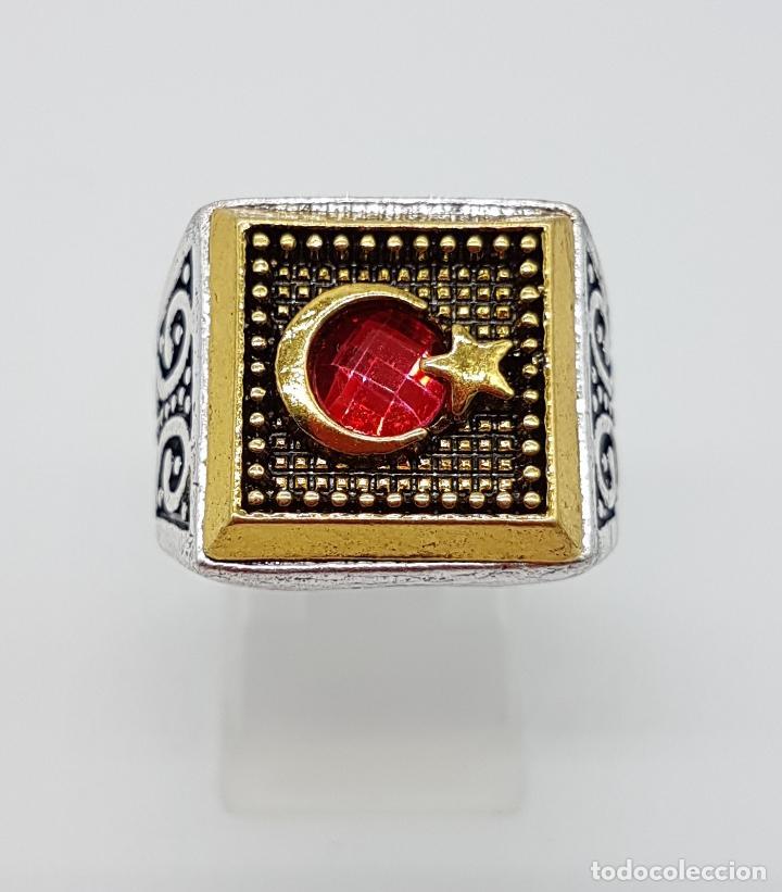 Joyeria: Anillo tipo sello turco con acabados en plata y oro, y símil de rubí facetado . - Foto 2 - 143646458