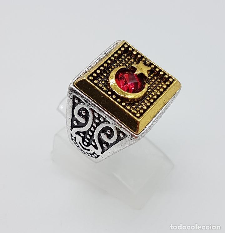 Joyeria: Anillo tipo sello turco con acabados en plata y oro, y símil de rubí facetado . - Foto 3 - 143646458