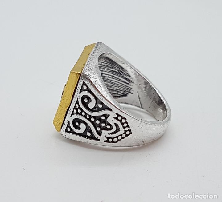 Joyeria: Anillo tipo sello turco con acabados en plata y oro, y símil de rubí facetado . - Foto 5 - 143646458