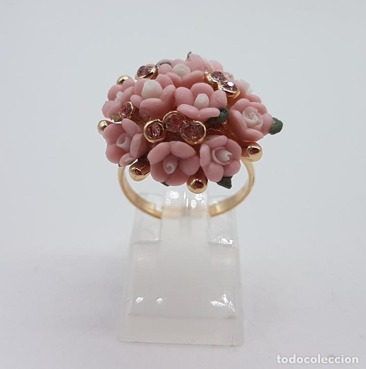 Joyeria: Anillo vintage chapado en oro de 14k con ramo de flores en porcelana y circonitas rosas . - Foto 3 - 159658202