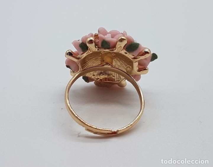Joyeria: Anillo vintage chapado en oro de 14k con ramo de flores en porcelana y circonitas rosas . - Foto 5 - 159658202