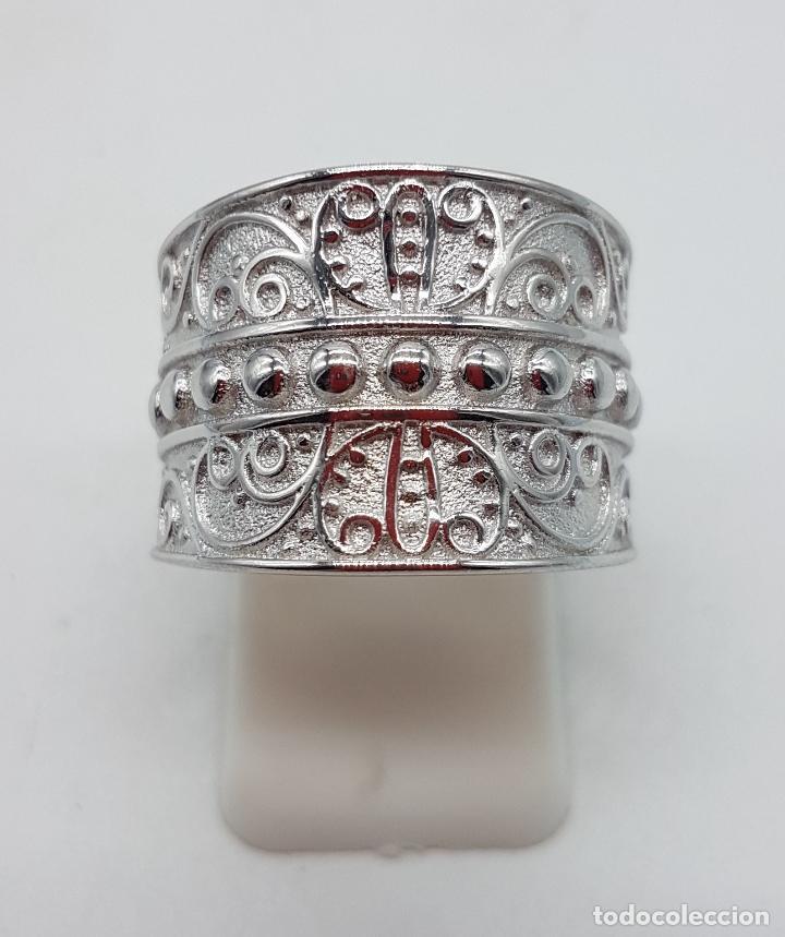 Joyeria: Gran anillo en plata de 1º ley contrastada con motivos en relieve bellamente cincelados y repujados. - Foto 2 - 119999427