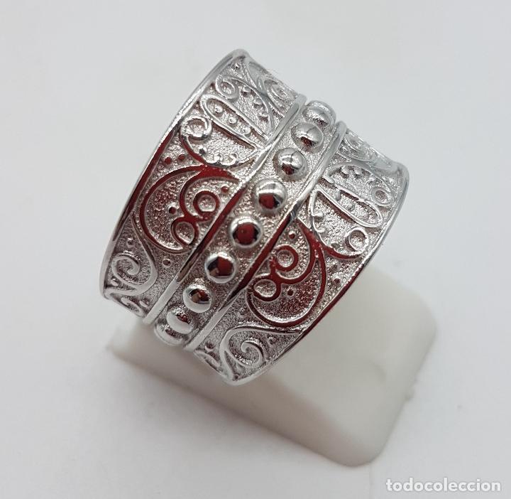 Joyeria: Gran anillo en plata de 1º ley contrastada con motivos en relieve bellamente cincelados y repujados. - Foto 3 - 119999427