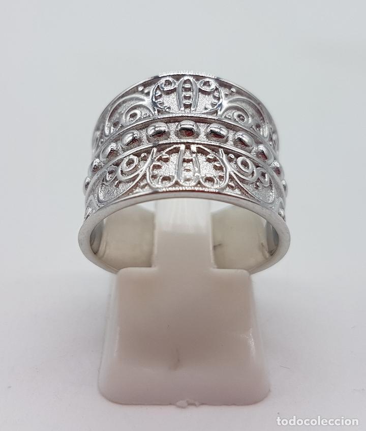 Joyeria: Gran anillo en plata de 1º ley contrastada con motivos en relieve bellamente cincelados y repujados. - Foto 4 - 119999427