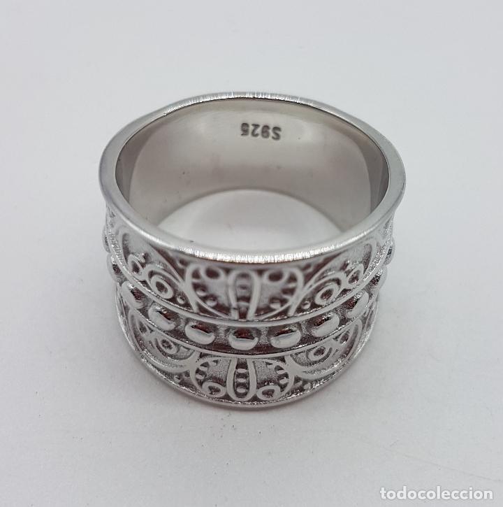 Joyeria: Gran anillo en plata de 1º ley contrastada con motivos en relieve bellamente cincelados y repujados. - Foto 5 - 119999427