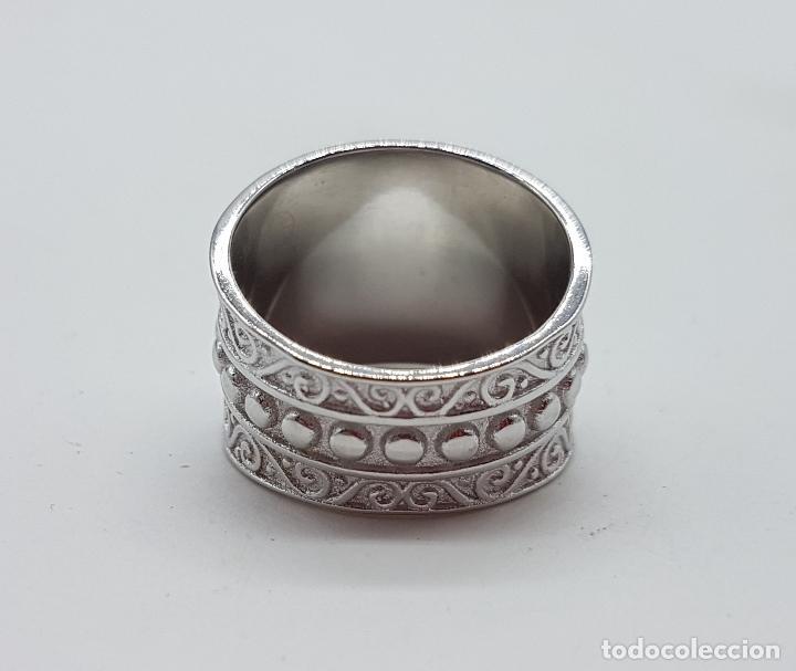 Joyeria: Gran anillo en plata de 1º ley contrastada con motivos en relieve bellamente cincelados y repujados. - Foto 6 - 119999427