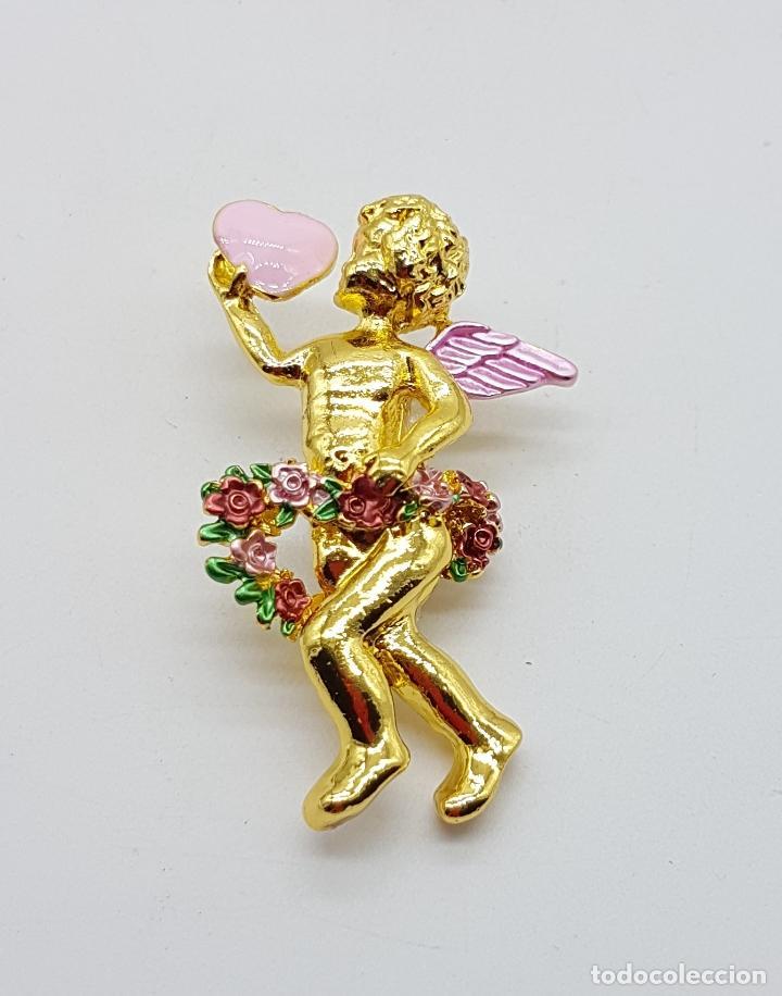 BELLO BROCHE DE QUERUBIN O ANGELOTE TIPO VINTAGE, CON ACABADO EN ORO Y DETALLES ESMALTADOS . (Joyería - Broches Antiguos)