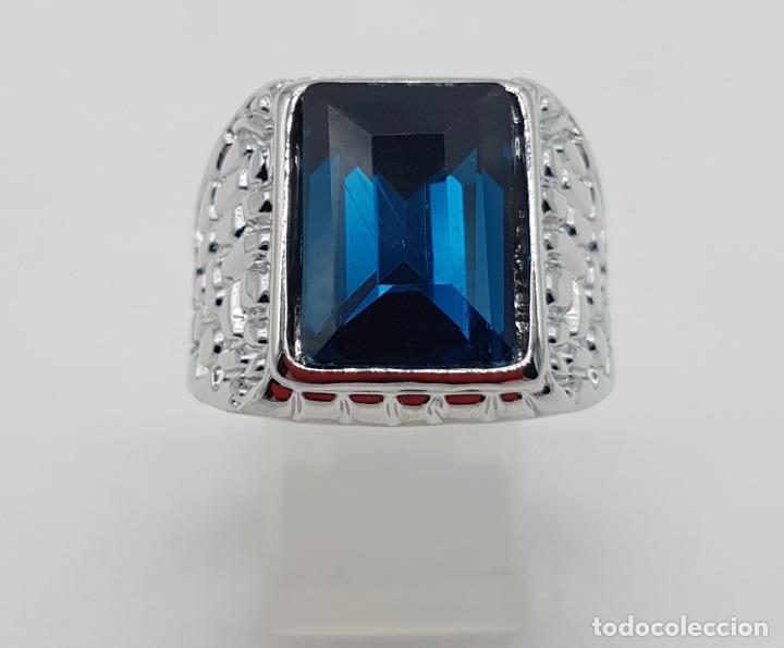 Joyeria: Precioso anillo chapado en plata de ley con hermosos relieves y gran zafiro creado. - Foto 2 - 127881527