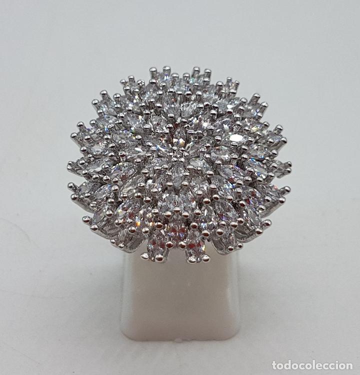 bd34d23c7261 Magnífico anillo tipo rosetón de circonitas engarzadas chapado en plata de  ley contrastada.