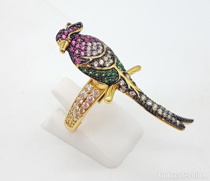 Joyeria: Original anillo de diseño con ave tropical chapado en oro 18k y pavé en circonitas multicolor . - Foto 4 - 145549970