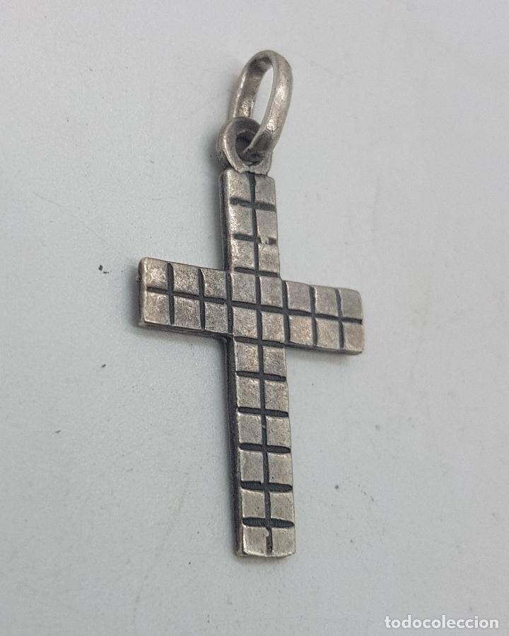 Joyeria: Bonito colgante antiguo con forma de cruz con cuadraditos en relieve. - Foto 2 - 135541810