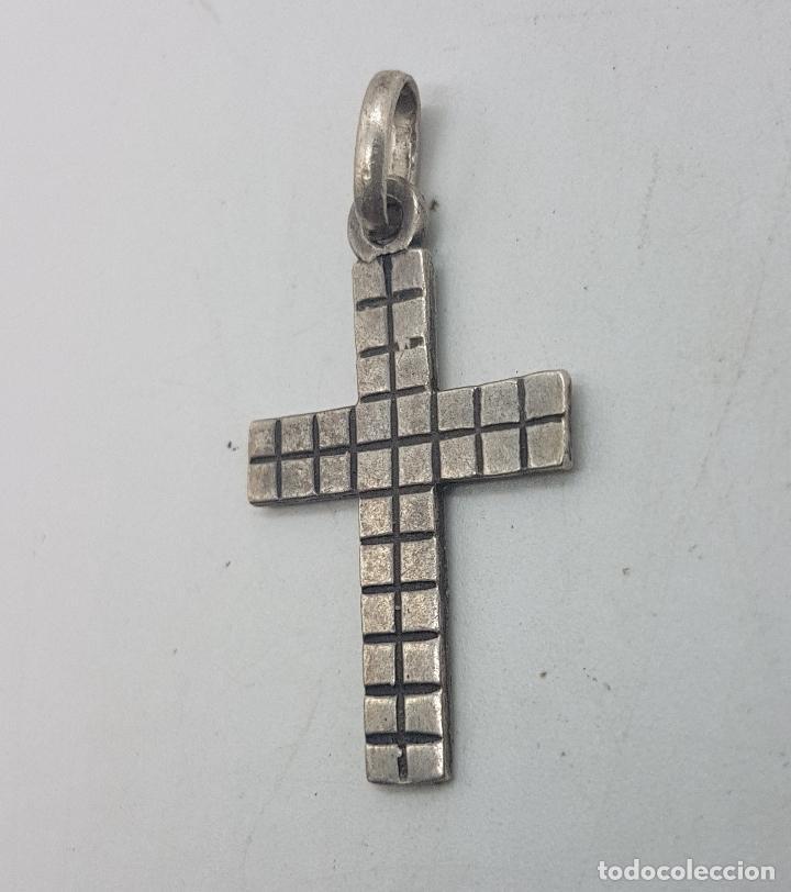 Joyeria: Bonito colgante antiguo con forma de cruz con cuadraditos en relieve. - Foto 3 - 135541810