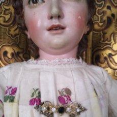 Joyeria: ANTIGUO BROCHE PECTORAL PARA NIÑO JESUS VIRGEN , PIEDRAS CRISTA Y CENTRAL GRANATE OSCURO FACETADAS. Lote 135871562