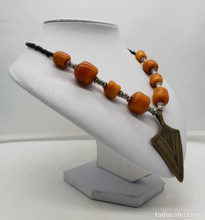 Joyeria: Gargantilla vintage de estilo etnico con chaquiras, símil de ámbar y punta de flecha en latón . - Foto 3 - 136821326