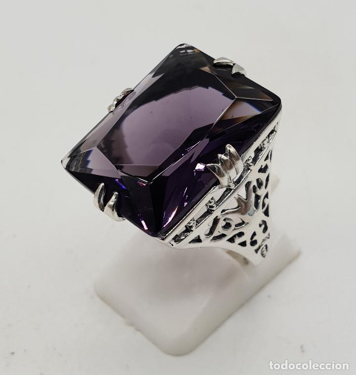 Joyeria: Espectacular anillo de diseño modernista en plata de ley y gran amatista talla esmeralda engarzada . - Foto 3 - 137857190