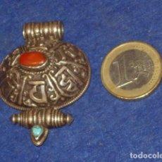 Joyeria: ANTIGUO COLGANTE CON CAJA PASTILLERO DE PLATA,CON PIEDRAS CORAL Y TURQUESA.. Lote 138960902